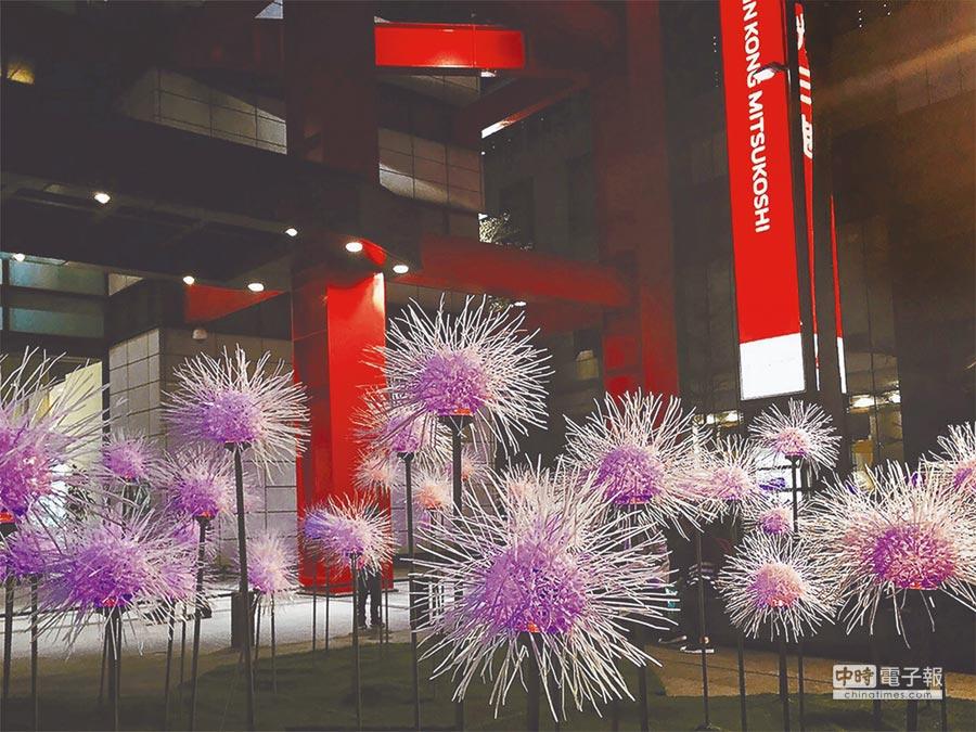 新光三越「春的蒲公英」空間特展,夜晚會有粉紫、藍、黃、綠4色轉換,好療癒。