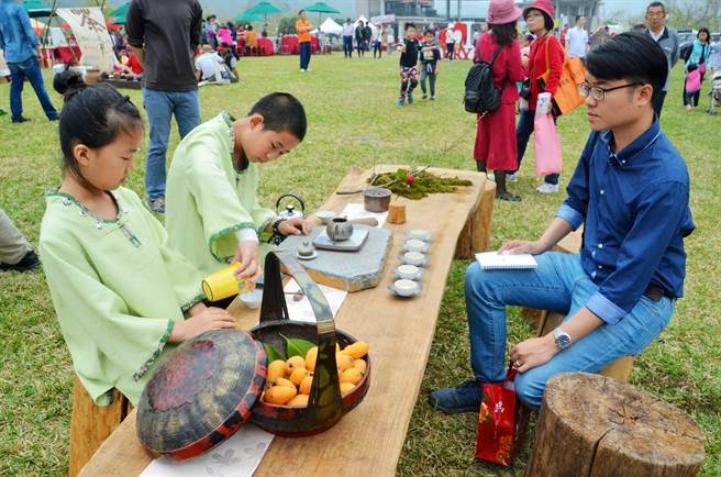 各茶席都是參與團體和店家精心擺設,各具特色。(呂妍庭攝)