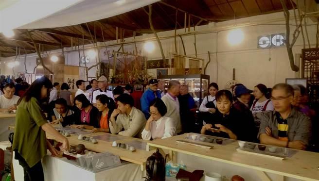 嘉義縣「2017世界搏茶會」進入第2周,每天湧進上萬人參觀、品茗,目前來訪人數已突破10萬人次。(高錦如翻攝)