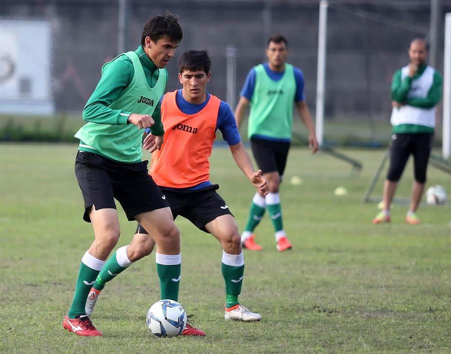 土庫曼24日在大佳河濱公園訓練,陣中有不少高大球員。(李弘斌攝)