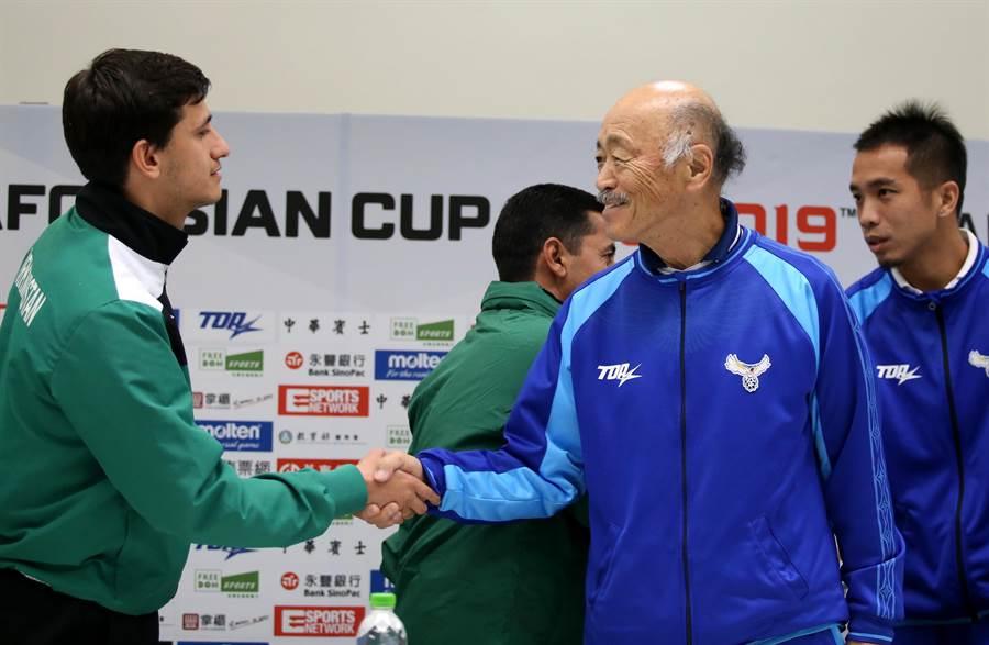 黑田和生(右)記者會後與土庫曼球員拉斯蘭握手。(李弘斌攝)