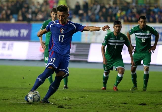 陳柏良主罰12碼球,為中華隊攻進第1球。(李弘斌攝)