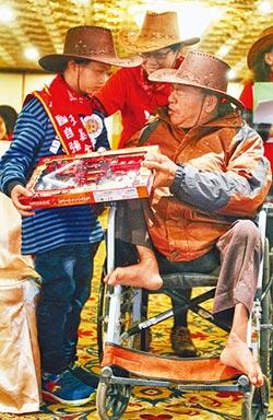 「當爸爸的雙腳」10歲童陪賣金紙