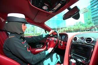 時速狂飆407公里 杜拜警車創金氏紀錄  旅客跪求逮捕