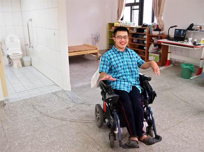 屏東大學大一生詹紹鈺因重度腦性麻痺,只能以輪椅代步,學校為他量身打造一間無障礙宿舍,入住後非常滿意。(潘建志攝)