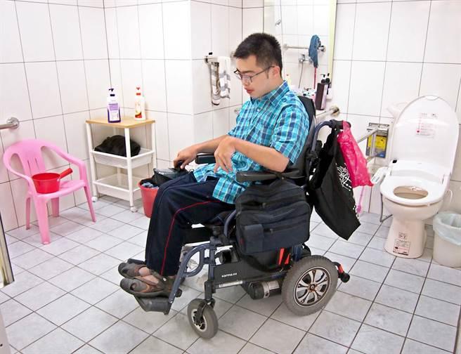 屏東大學大一生詹紹鈺因重度腦性麻痺,以往宿舍輪椅無法進入,只能用爬的。學校為他量身打造一間無障礙宿舍,浴衛空間加大輪椅可進入、設備採感應式。(潘建志攝)