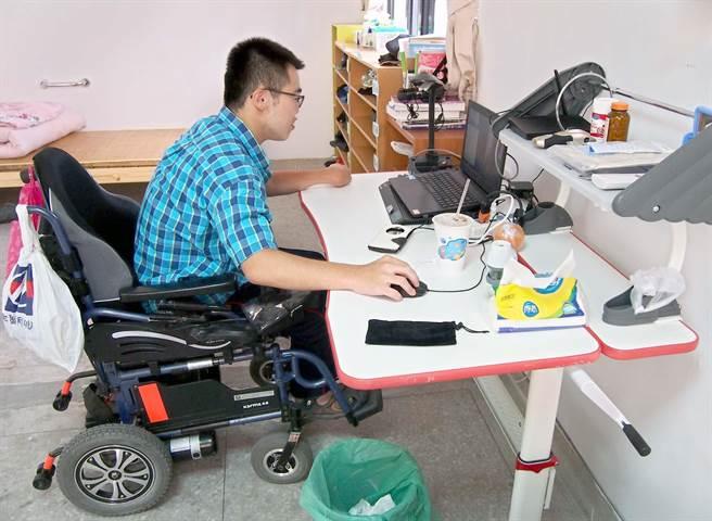 屏東大學大一生詹紹鈺因重度腦性麻痺,只能以輪椅代步,學校為他量身打造一間無障礙宿舍。(潘建志攝)