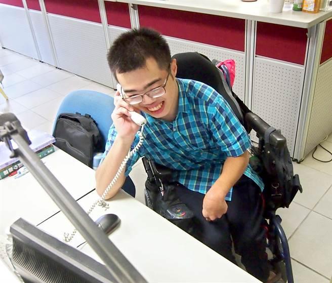 屏東大學大一生詹紹鈺雖重度腦性麻痺,但熱心公共事務,參加學生諮商中心的志工團隊,幫忙接電話、整理文件資料等工作。(潘建志攝)