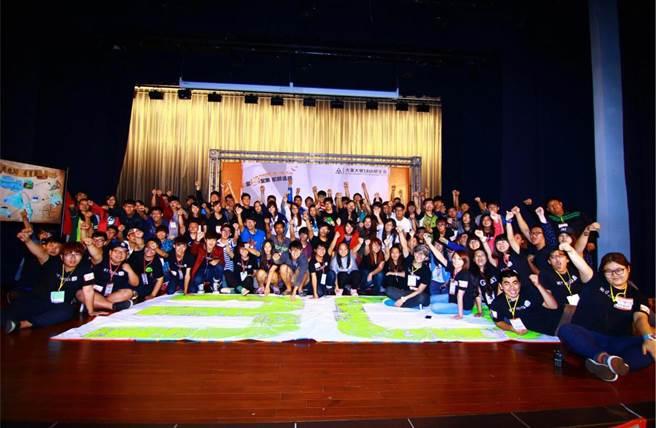 大葉大學企管系黃鈺晶同學(前排左二)擔任學生會活動工作人員。(校方提供)