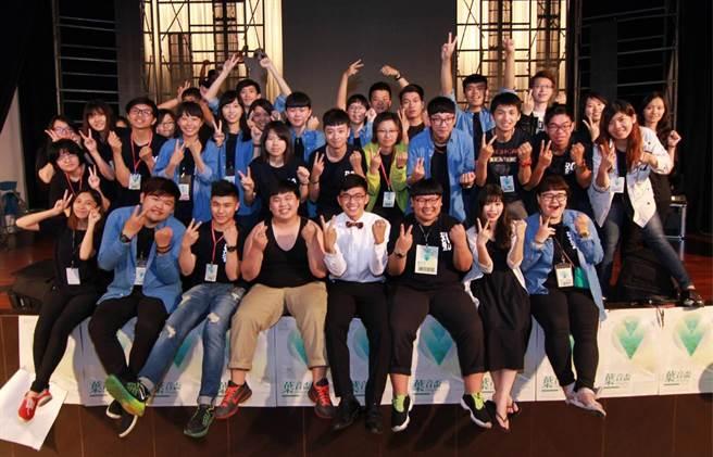 大葉大學企管系黃鈺晶同學(第一排右三)擔任學生會活動工作人員。(校方提供)