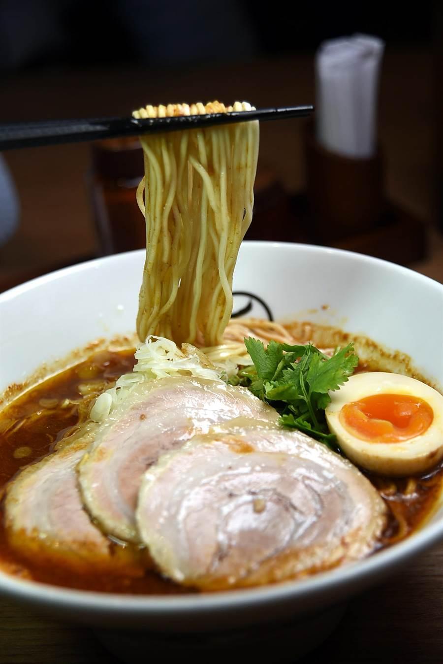 〈辛十二香拉麵〉的湯頭,是坂本幸彥專為台灣市場研發熬製,用了清高湯與3種醬油、5種味噌和10多重辛香料,味道與口感極富層次。(圖/姚舜攝)