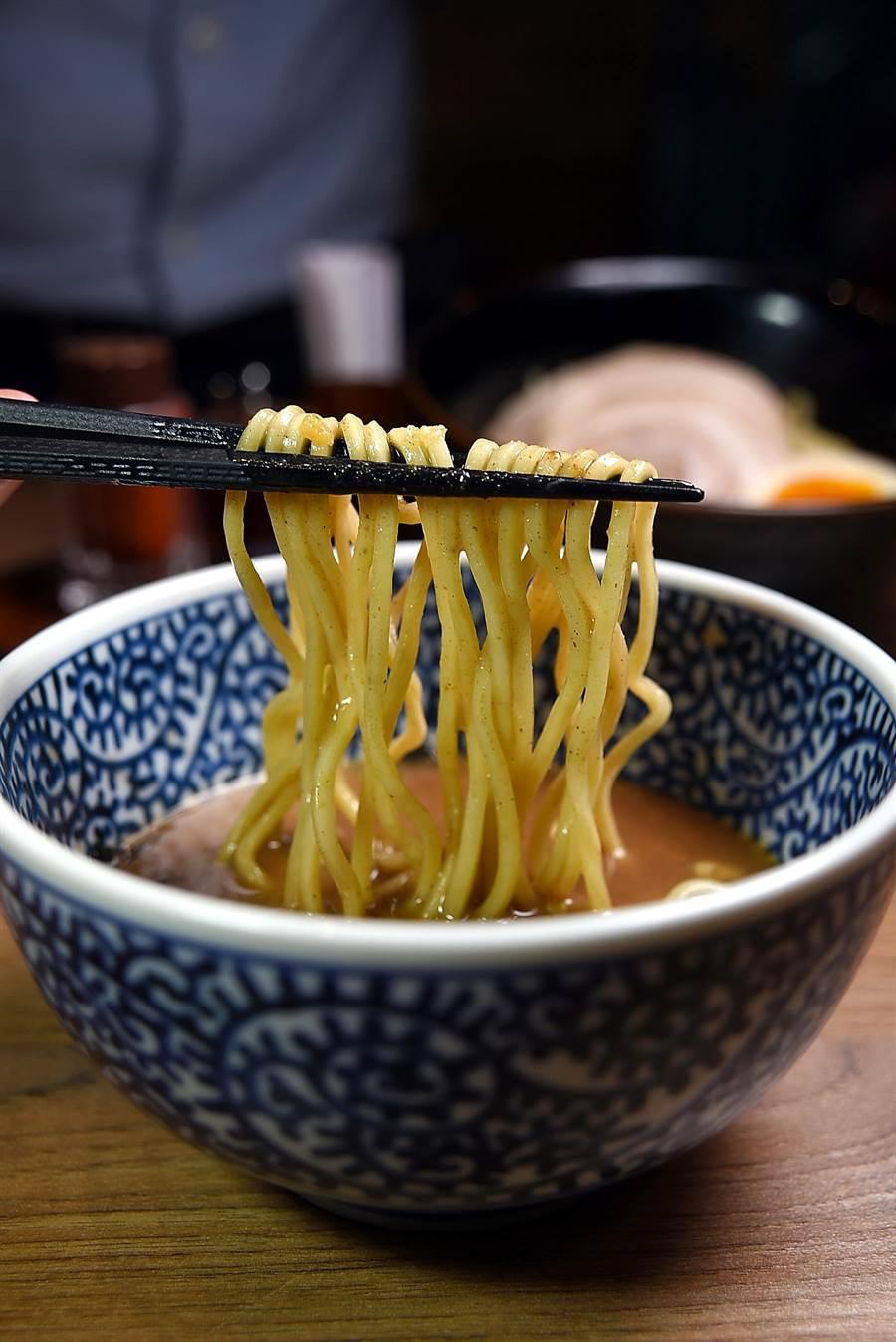 〈豚骨魚介沾麵〉的沾醬是用豚骨和4種魚乾熬煮濃縮製成,味道非常香濃醇厚。(圖/姚舜攝)