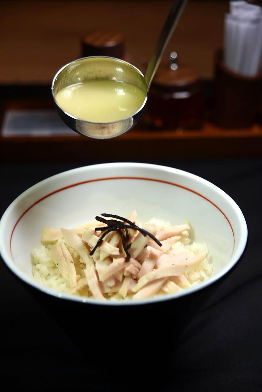 〈東京雞飯〉類似〈雞肉茶泡飯〉,是大量雞骨和雞瓜熬製的雞湯,味道香濃醇厚。(圖/姚舜攝)