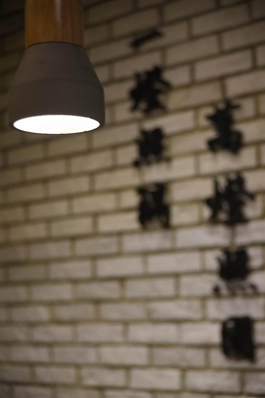 〈豚骨一燈〉店內牆上有「一燈照隅,萬燈照國」的字樣,強調「利他」精神。(圖/姚舜攝)