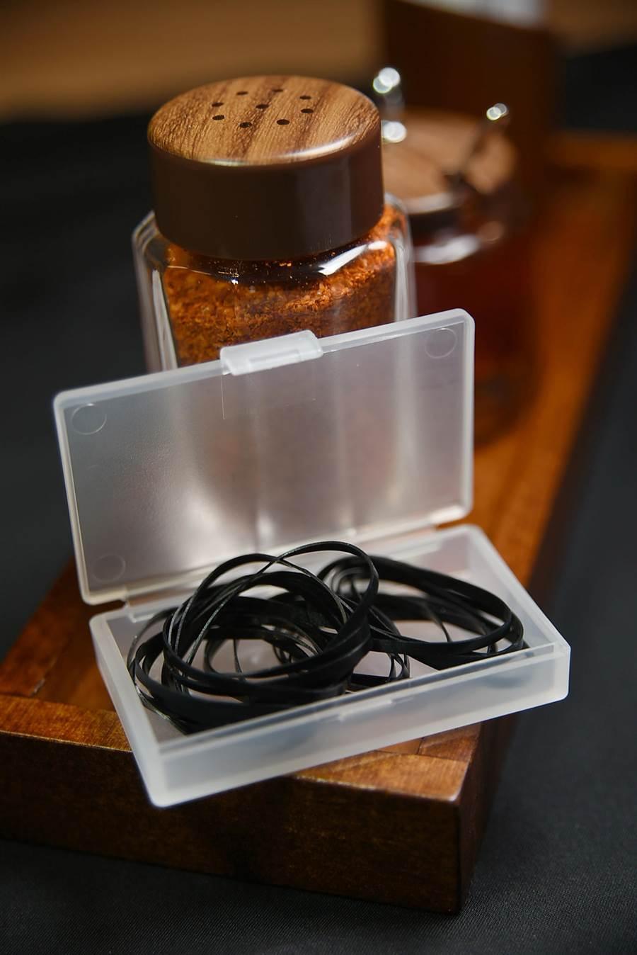〈豚骨一燈〉的每張餐桌上都備有橡皮筋,長髮女性客人吃麵時可以將頭髮暫時綁起來,是一「小貼心服務」。(圖/姚舜攝)
