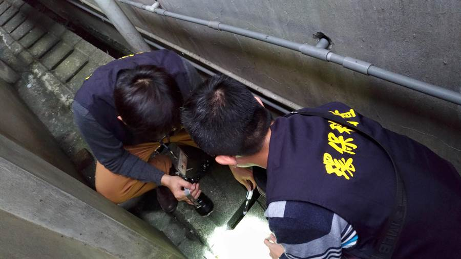 環保局稽查人員沿線蒐查進行地毯式搜索,終於找到元凶。(葉德正翻攝)
