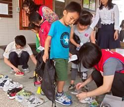 送新鞋到偏鄉國小 學生鞋底不再開口笑
