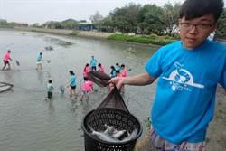 行銷生態養殖 好蝦冏男社推漁塭泛舟捕蝦樂