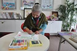 拾畫筆自我療癒 黃金奶奶「樸實藝術」留生命足跡