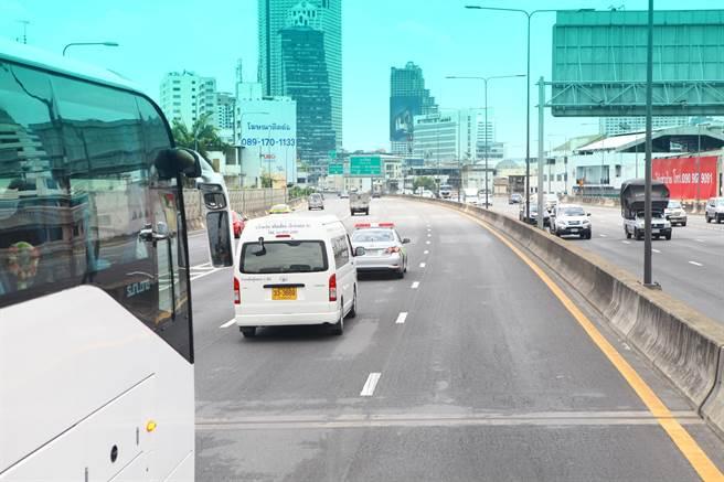 台北市長柯文哲今天中午抵達泰國,前往泰國創意設計中心途中,還有警車開道。(張立勳攝)