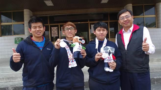 新化高工林昱廷(左2)、張明豪(右2)參加2017冬季特奧奪得佳績,校方公開表揚。(莊曜聰攝)