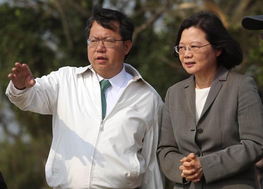 總統蔡英文(右)在桃園市長鄭文燦陪同下,視察桃園埤塘光電綠能計畫。(范揚光攝)