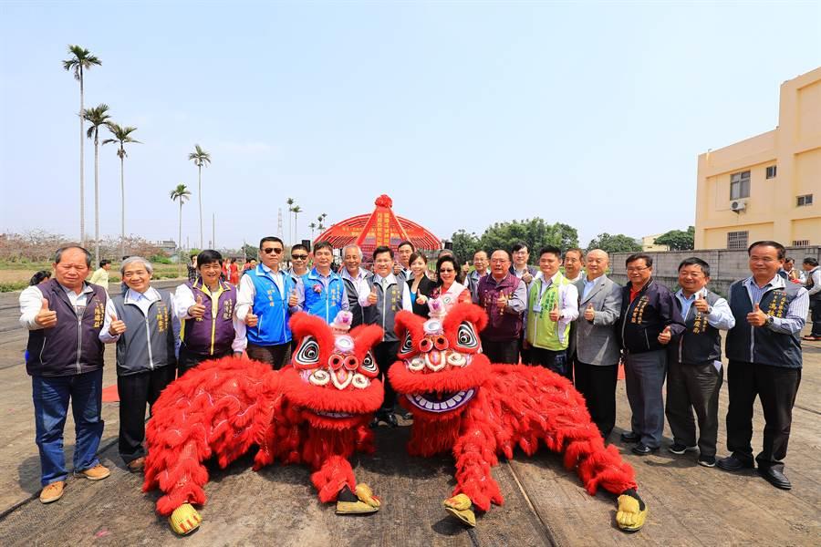台中市長林佳龍(前排中)前往主持月眉西側南向聯絡道路開工典禮。(陳淑娥攝)