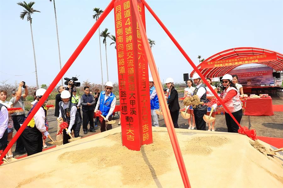 台中市長林佳龍(右二)前往主持月眉西側南向聯絡道路動工典禮。(陳淑娥攝)