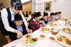 歡樂學習 葳格學生吃法國餐學禮儀