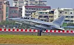 菲採購軍機FA-50 過境高雄小港機場