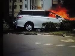 車撞安全島起火 路過男千鈞一髮破窗救人