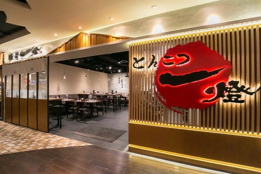 日本知名東京拉麵名店「麵屋一燈」姊妹品牌「豚骨一燈」跟進登台,29日台北統一時代百貨地下街開出首店。(業者提供)