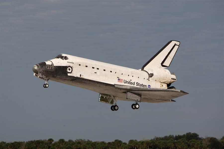 太空梭是最有名的重覆使用太空載具,不過使用成本偏高,又遇到2次重大事故。(圖/NASA)