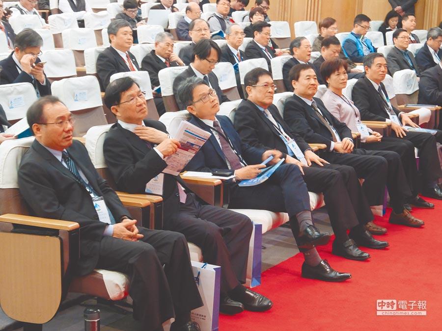 2017台北水環境論壇昨天在圓山飯店舉行,台北自來水事業處處長陳錦祥(左一)、台北市工務局長彭振聲(左二)等人出席。(黃意涵攝)