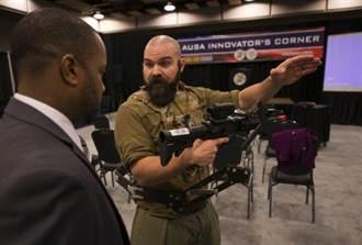 美軍研發「第三隻手」 幫士兵攜帶重機槍