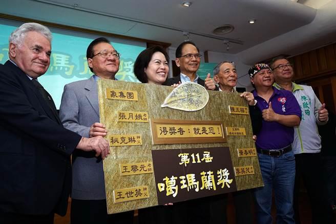 噶瑪蘭獎在游錫堃(中)等人的宣布下正式啟動,今年獎金也從過去的20萬元,提高為30萬元。(李忠一攝)