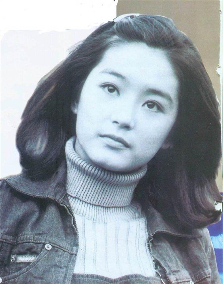 18歲的林青霞即已出落大方,好玩的是,身為大美女的她,幾次在戲劇中以男生扮相現身,依舊大獲好評。