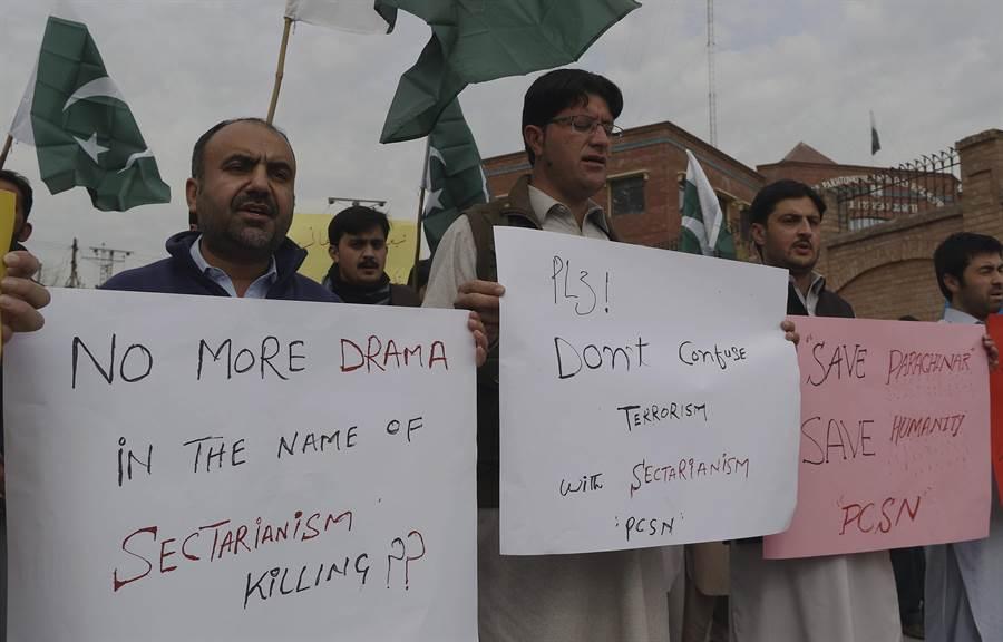巴基斯坦今年來連續發生汽車炸彈攻擊事件,圖為巴拉齊納市今年一月遭到炸彈攻擊後,市民聚集抗議恐怖攻擊。(圖/美聯社)