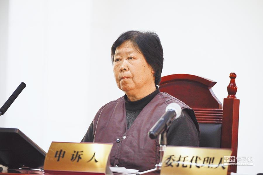 2016年12月2日,聶樹斌母親張煥枝聆聽法官宣讀判決書。 (新華社)
