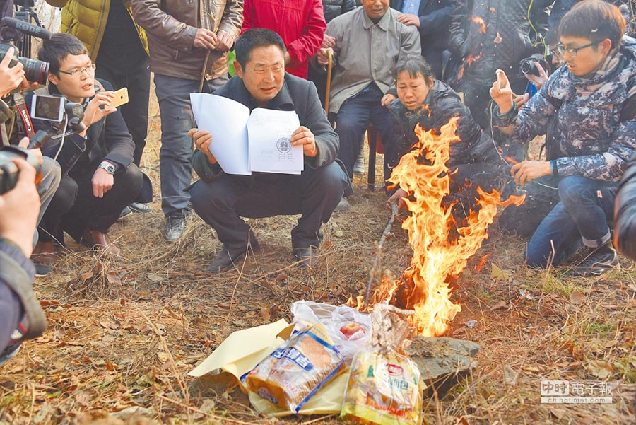 家屬將法院判決書燒給聶樹斌。(CFP)