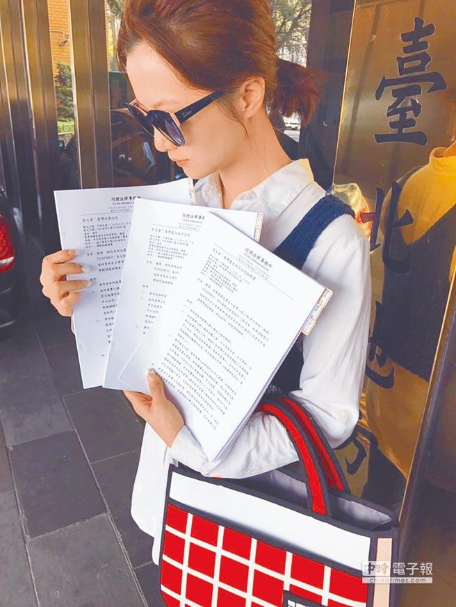 趙小僑下周將和劉亮佐在沖繩舉辦婚禮,在出國前,她抽空至臺灣臺北地方法院、臺灣高等法院、臺灣臺北地方法院檢察署遞交證明自己清白的申請書,成為國內申請清白證明的第1人。因近年受不實惡意謠言困擾,被誤傳是「李宗瑞事件」受害者,她擔心正值青春期的繼子銓銓被不實言論影響,希望藉由法院的證明,還自己一個清白,劉亮佐也力挺到底,未來有類似事件,將採法律途徑,不再姑息。(林俐瑄)