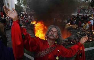 巴基斯坦廟公夥同共犯 迷昏捅死20信徒