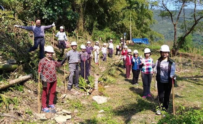 光復鄉大華社區15名造林志工,利用清明連假復植千株原生光臘樹。(許家寧攝)