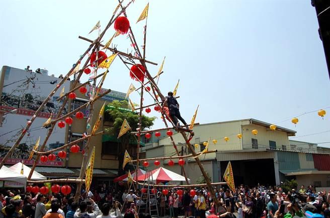 嘉義市玄天上帝廟高空盪鞦韆比賽,圍觀人潮眾多。(廖素慧攝)