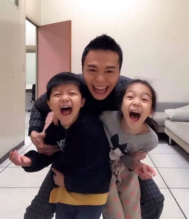 吳鈴山有時間就會陪兩個孩子。(經紀人提供)