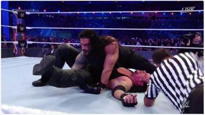 瑞恩斯成功擊敗送葬者,為傳奇畫下句點。(摘自WWE推特)