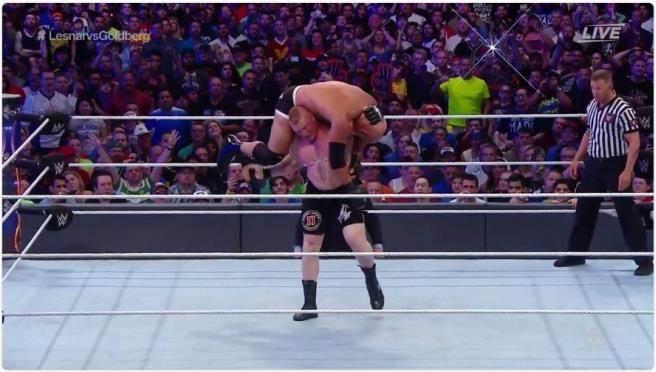 萊斯納使出終結技「五級颶風」擊敗高柏。(摘自WWE推特)