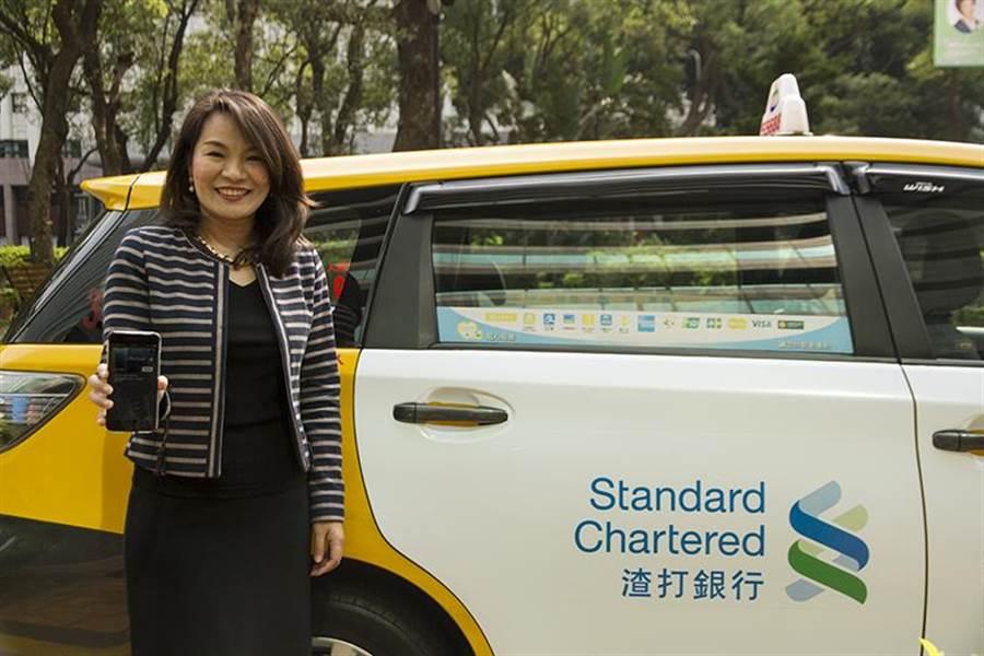 渣打銀行個人金融事業處負責人林素真使用Apple Pay支付台灣大車隊車資。圖:業者提供