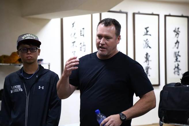 貝茲今年來台擔任桃猿春訓客座打擊教練。(取自Lamigo桃猿粉絲團)