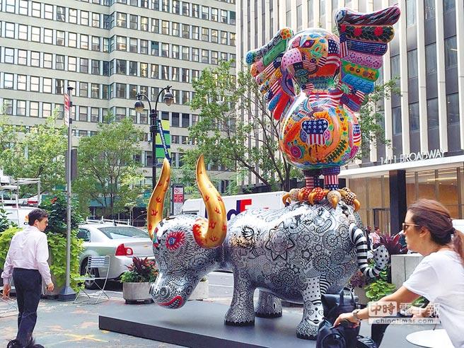 洪易「花漾動物嘉年華」公共藝術展,11件動物雕塑分布在第36街至41街之間,展出半年以來,受到紐約民眾的喜愛。(吳垠慧攝)
